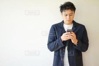 スマホを見ている若い男性の写真・画像素材[2138862]