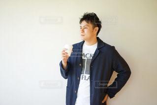 コーヒーを手に持つ男性の写真・画像素材[2139105]