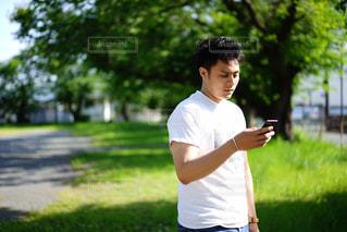 公園でフリスビーをつないでいる男の写真・画像素材[2139518]