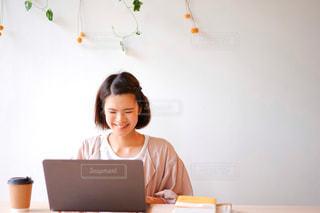 パソコンで作業する女性の写真・画像素材[2249506]