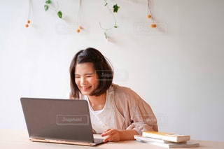 パソコンで作業する女性の写真・画像素材[2249507]