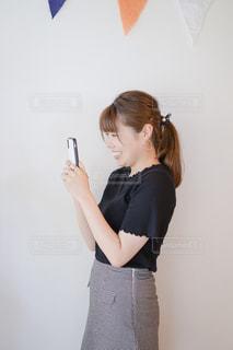 電話を持っている女性の写真・画像素材[2265767]