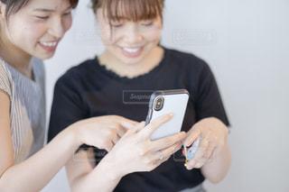 電話を持っている女性の写真・画像素材[2265770]