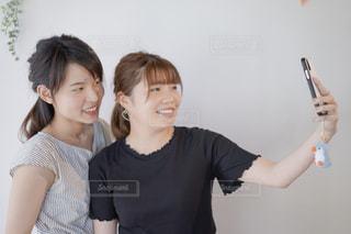 スマホで写真撮影をする女性。の写真・画像素材[2265771]