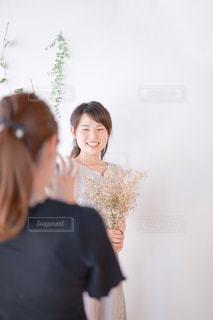 写真を撮られる女性の写真・画像素材[2265773]