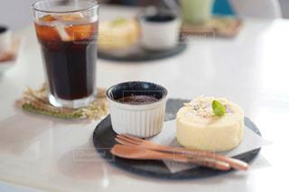 テーブルのアイスコーヒーとスイーツの写真・画像素材[2340720]