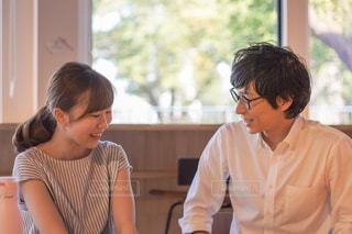 笑顔で話すカップルの写真・画像素材[2405886]