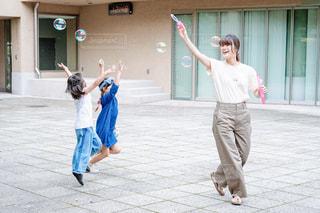 シャボン玉をしている女の子達の写真・画像素材[2504568]