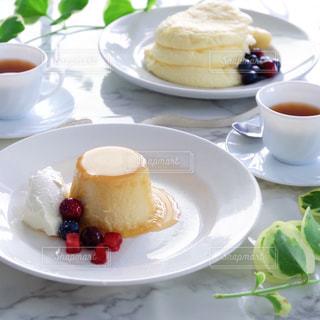 テーブルな皿の上に食べ物のプレートをトッピングの写真・画像素材[1800470]