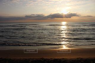 海に沈む夕日の写真・画像素材[1802869]