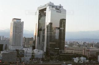 大阪の梅田スカイビルと都会の街並みの写真・画像素材[1803281]