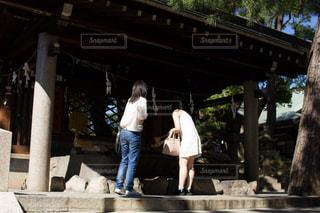 住吉大社の手水舎にいる女性2人の写真・画像素材[1803554]