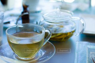 オシャレなカフェのレモンティーと茶葉の写真・画像素材[1806065]
