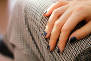 紺色ネイルの爪アップの写真・画像素材[1806087]