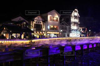 夜の草津温泉街湯畑ライトアップ引きの写真・画像素材[1809456]