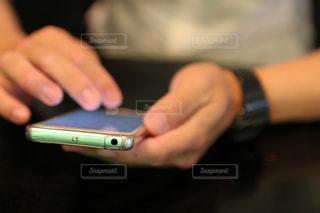 携帯をいじる男の手の写真・画像素材[1809466]