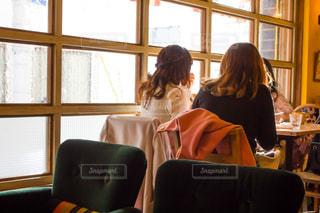 オシャレなカフェの窓際で喋る女性の写真・画像素材[1823347]