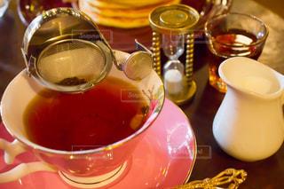 オシャレなカフェのホットティーとミルクの写真・画像素材[1823351]