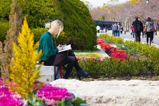 大阪城公園で読書する外国人の写真・画像素材[1823383]