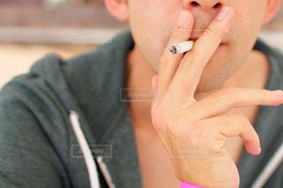 タバコを吸う男の写真・画像素材[1839380]
