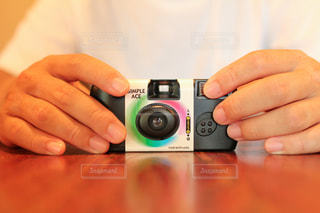 インスタントカメラを持つ手の写真・画像素材[1858734]