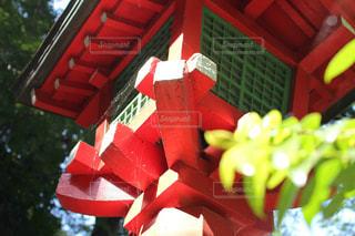 神社の赤灯篭の写真・画像素材[1858760]