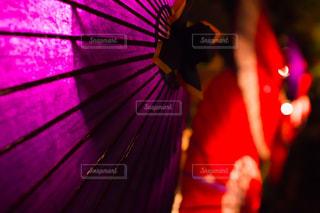 番傘のライトアップの写真・画像素材[1869316]