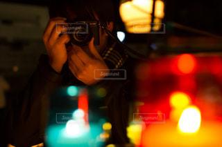 夜のイルミネーションを撮影するカメラ男子の写真・画像素材[1869327]