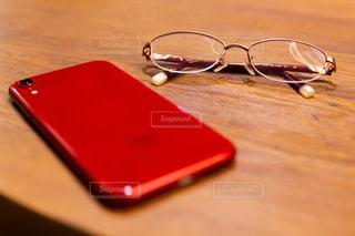赤い眼鏡とスマホの写真・画像素材[1998333]