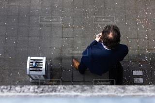 男性のタバコ休憩の写真・画像素材[2059386]