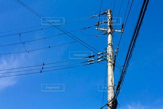 青空と電線の写真・画像素材[2059394]