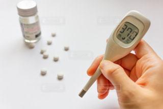 体温計と風邪薬の錠剤の写真・画像素材[2065804]