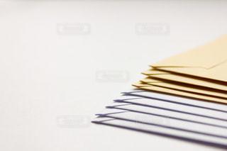 茶封筒と白封筒の写真・画像素材[2065865]