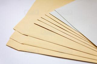 茶封筒と白封筒の写真・画像素材[2065868]