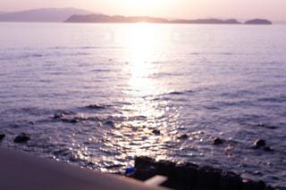 海と夕日の反射の写真・画像素材[2094952]