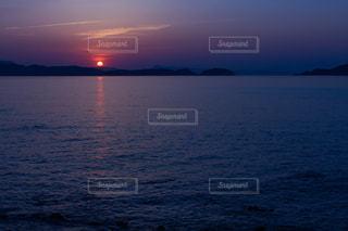海に沈む夕日の写真・画像素材[2094955]