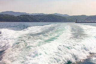 水上ボートの水しぶきの写真・画像素材[2094959]