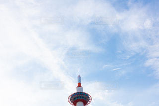 京都タワーと青空の写真・画像素材[2182466]