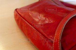 赤いショルダーバッグの写真・画像素材[2182484]