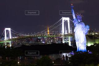 自由の女神とレインボーブリッジの夜景の写真・画像素材[2277414]