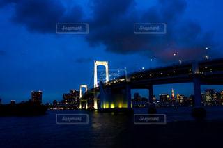 レインボーブリッジと東京タワーの夜景の写真・画像素材[2277417]
