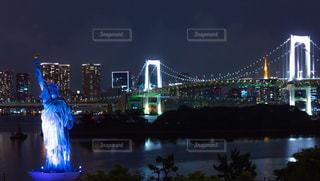 レインボーブリッジと自由の女神の夜景の写真・画像素材[2277443]