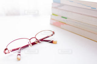 眼鏡と参考書の写真・画像素材[2388967]