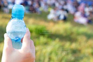 女性とラムネサイダーの瓶の写真・画像素材[2388991]
