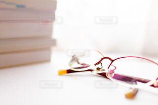 眼鏡と参考書の写真・画像素材[2389075]