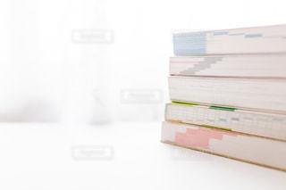 積み重ねた参考書の写真・画像素材[2389076]