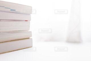 積み重ねた参考書の写真・画像素材[2389083]