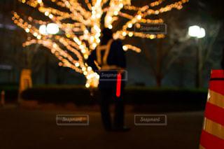 イルミネーションで働く警官と赤色誘導灯の写真・画像素材[2953389]