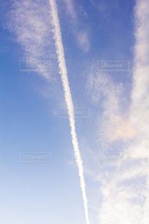 飛行機雲の夕方と空の写真・画像素材[2953416]