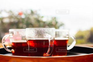 カフェの窓際のホットティーの写真・画像素材[2953522]